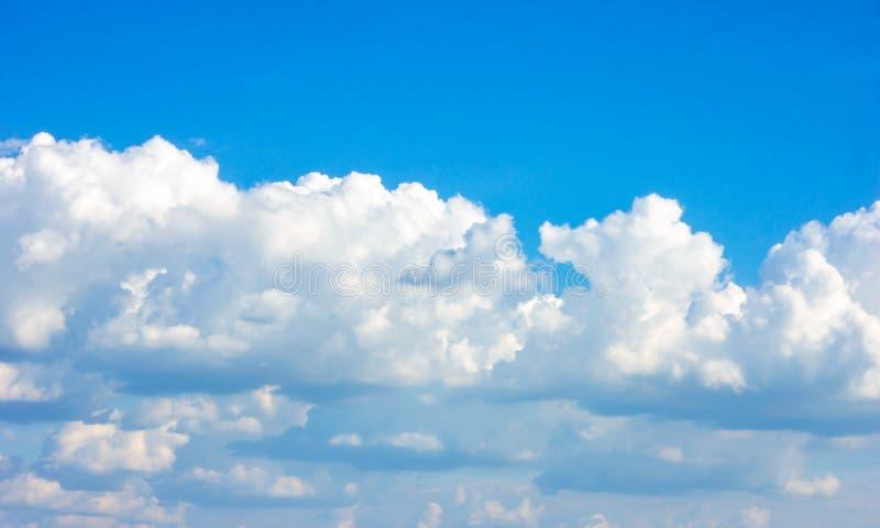Enkel härlig dyster blå himmel med fluffiga moln i dag för sommarmorgonfred som en bakgrund arkivfoto