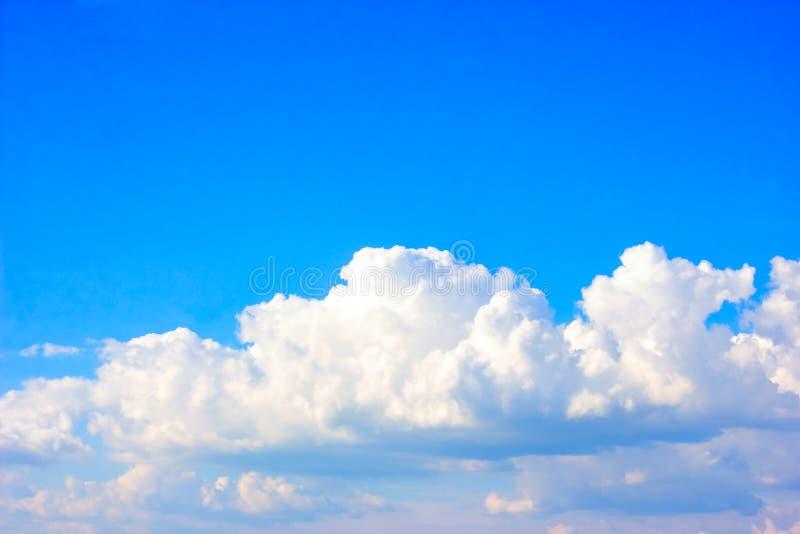 Enkel härlig dyster blå himmel med fluffiga moln i dag för sommarmorgonfred som en bakgrund arkivbild