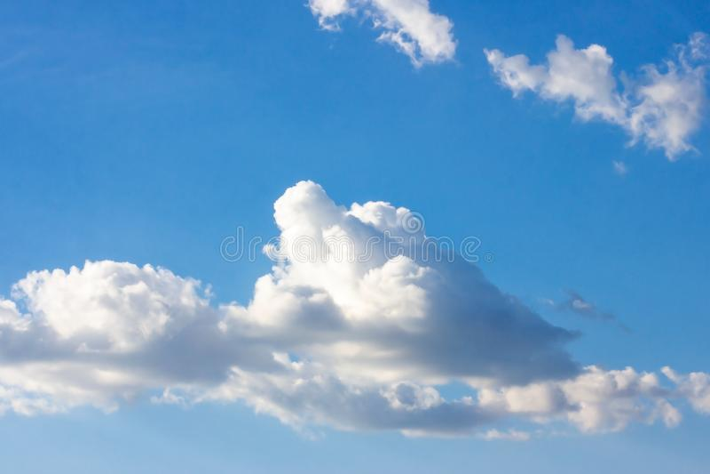 Enkel härlig dyster blå himmel med fluffiga moln i dag för sommarmorgonfred som en bakgrund royaltyfri bild