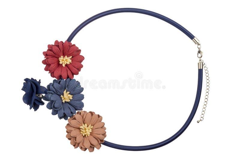 Enkel halsband för justerbar svart textil som dekoreras med stora färgrika blommor, modeobjekt som isoleras på vit bakgrund, urkl arkivfoton