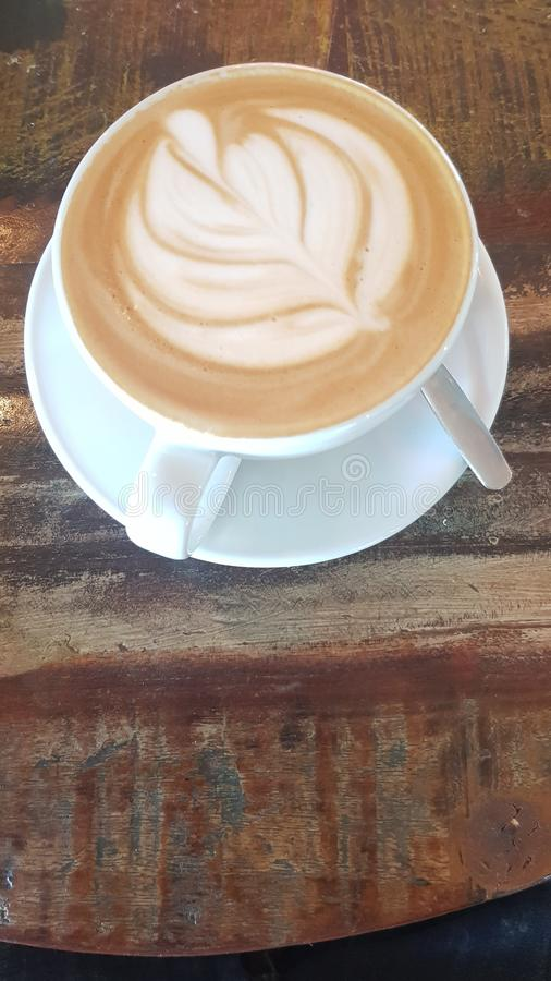 Enkel kaffekopp som är full med en latte arkivbilder