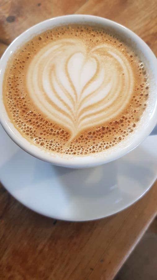 Enkel kopp av lattekaffe arkivbild