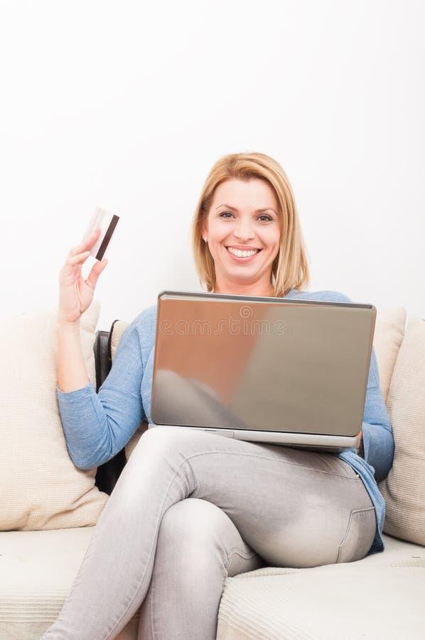 Enkel kvinna som shoppar direktanslutet genom att använda kreditkorten royaltyfri bild