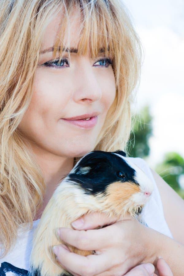 Enkel lycka Kvinna som älskar husdjuret Djur terapi fotografering för bildbyråer