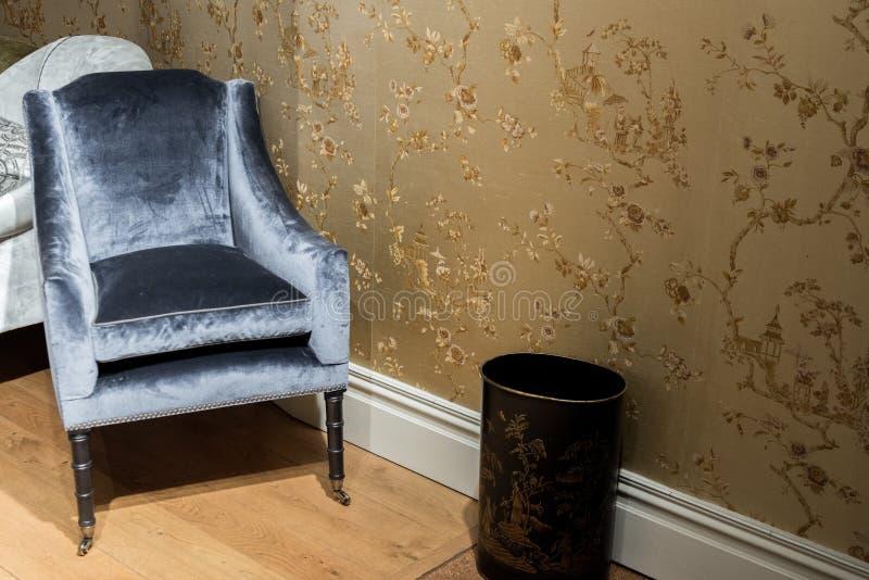 Enkel lyxig stol i rum fotografering för bildbyråer