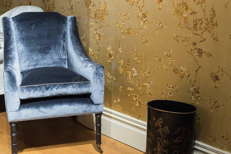 Enkel lyxig stol i rum arkivfoton