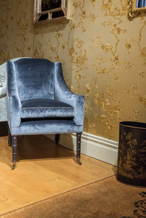 Enkel lyxig stol i rum arkivfoto