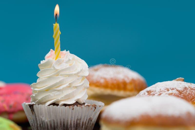 Enkel muffin med födelsedagstearinljuset arkivfoton
