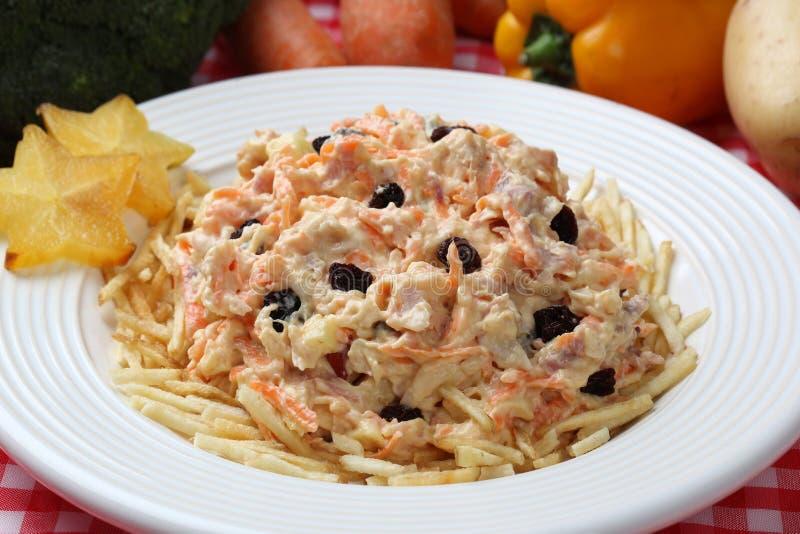 Enkel ny sallad med grönsaker, grillad feg och rökt skinka i den vita plattan Salpicao de frango royaltyfri foto