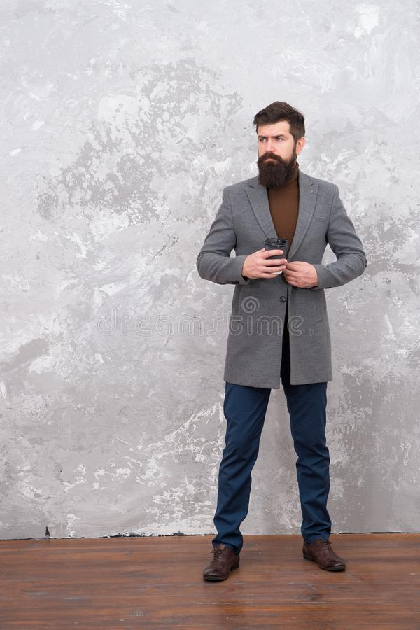 Enkel Ontspannend Brutale gebaarde hipster in de koffie van de de drankochtend van de denimslijtage Mannelijke mannequin Rijpe za royalty-vrije stock afbeelding