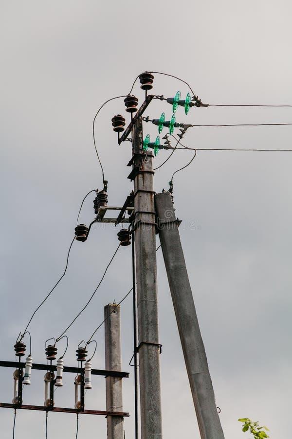 Enkel pol med elektriska trådar och isolatorer arkivfoton