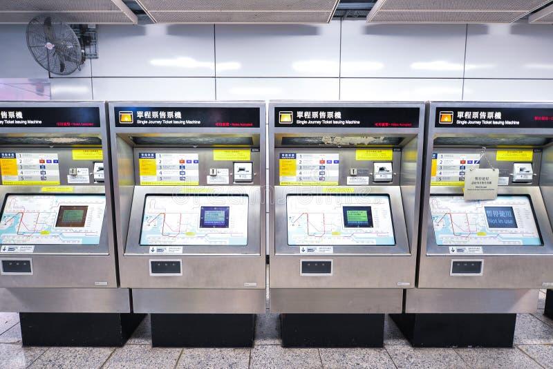 Enkel resabiljett som utfärdar maskinen Lokaliserat i Hong Kong Metro royaltyfria foton
