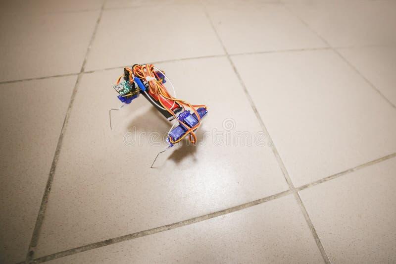 Enkel robotfotgängare Tekniskt kreativitetrobotteknikbegrepp royaltyfri fotografi