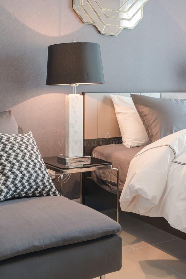 enkel säng med den svarta lampan i klassiskt stilsovrum royaltyfria foton