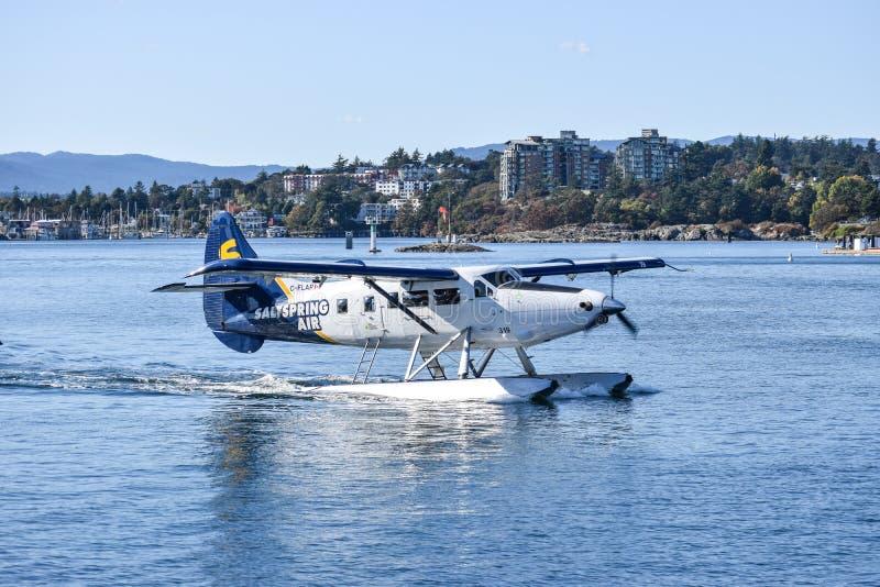 Enkel sj?flygplan f?r utterSaltspring luft omkring som tar flyg fr?n i stadens centrum Victoria, British Columbia royaltyfri bild
