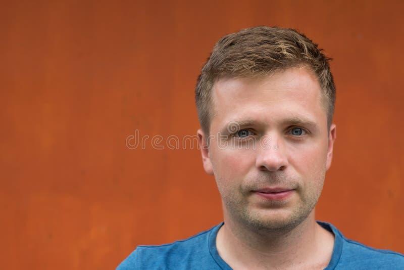 Enkel stående av den caucasian mannen på orange bakgrund royaltyfri fotografi