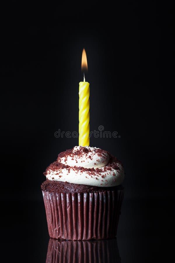 Enkel stearinljus på muffin royaltyfri bild