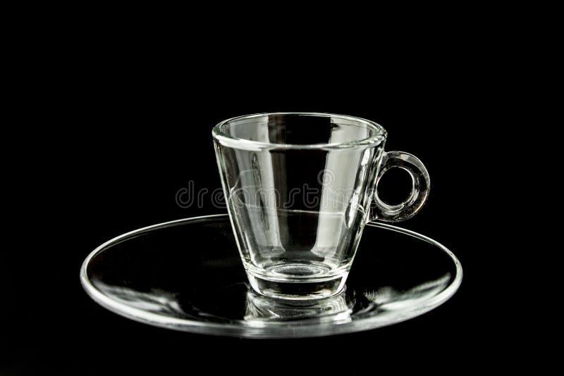 Enkel tom glass kaffekopp på svart bakgrund royaltyfri fotografi