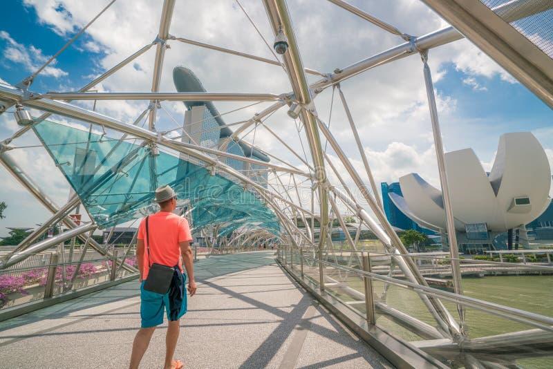 Enkel turist på spiralbron i Marina Bay, Singapore arkivfoton