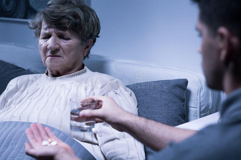 Enkel und kranke Großmutter stockbild