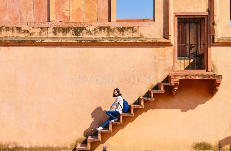Enkel ung kvinna som undersöker Fatehpur Sikri fotografering för bildbyråer