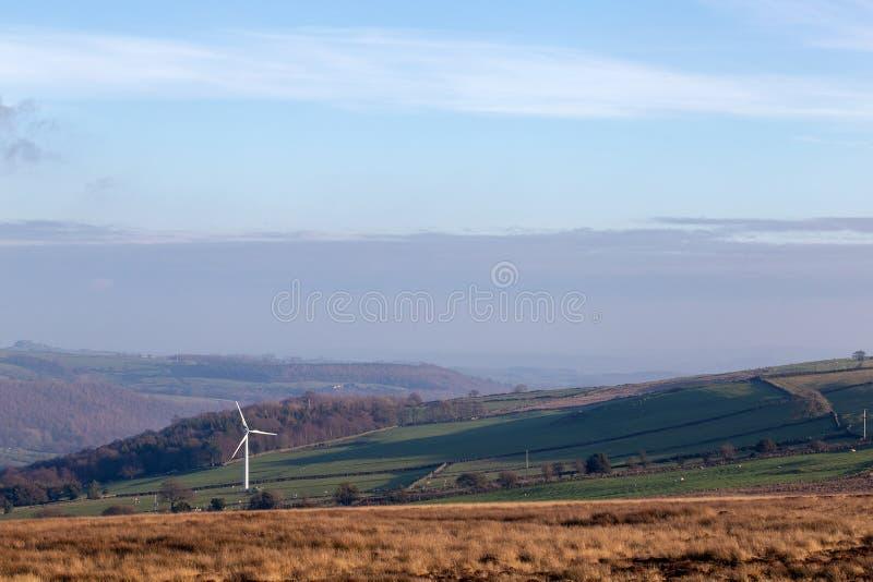 Enkel vindturbin i öppet engelskt landskap royaltyfri fotografi