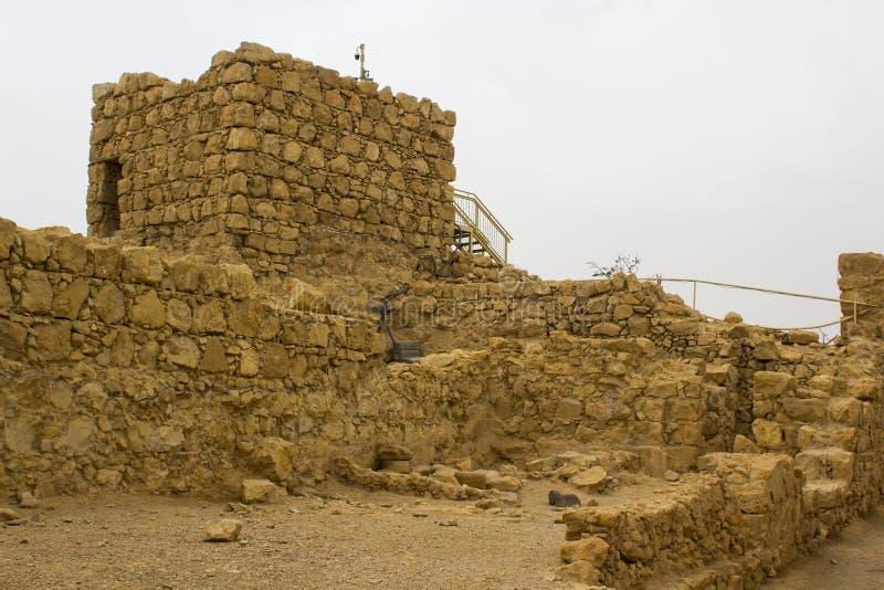 Enkele opnieuw opgebouwde ruïnes van de oude Joodse clifftopvesting van Masada in Zuidelijk Israël Alles onder duidelijk stock foto's
