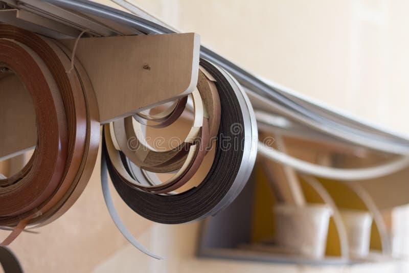 Enkelen de begonnen babin rand en de melanine van pvc voor de vervaardiging van meubilair hangen op de plank op een vage achtergr stock foto