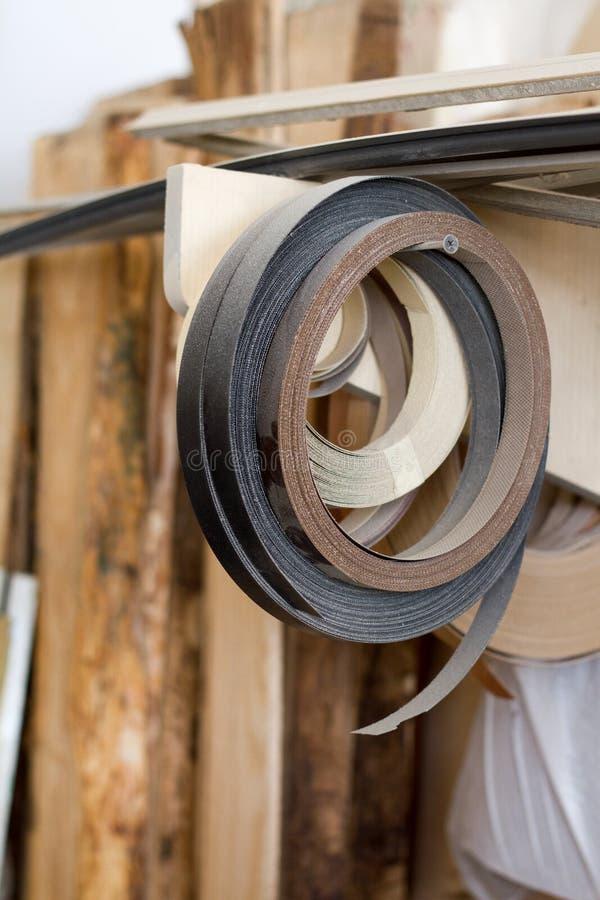 Enkelen de begonnen babin rand en de melanine van pvc voor de vervaardiging van meubilair hangen op de plank op een vage achtergr royalty-vrije stock foto's
