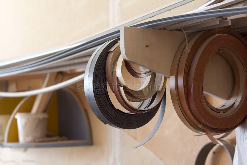 Enkelen de begonnen babin rand en de melanine van pvc voor de vervaardiging van meubilair hangen op de plank op een vage achtergr stock afbeelding