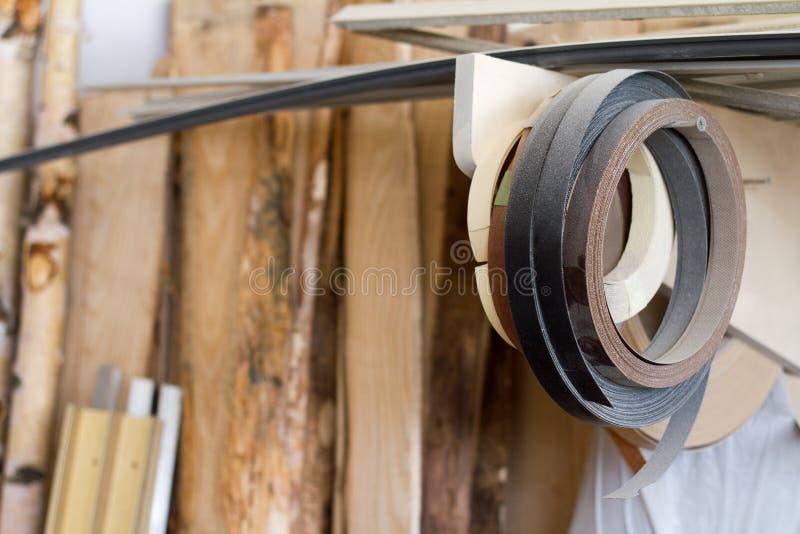 Enkelen de begonnen babin rand en de melanine van pvc voor de vervaardiging van meubilair hangen op de plank op een vage achtergr royalty-vrije stock foto