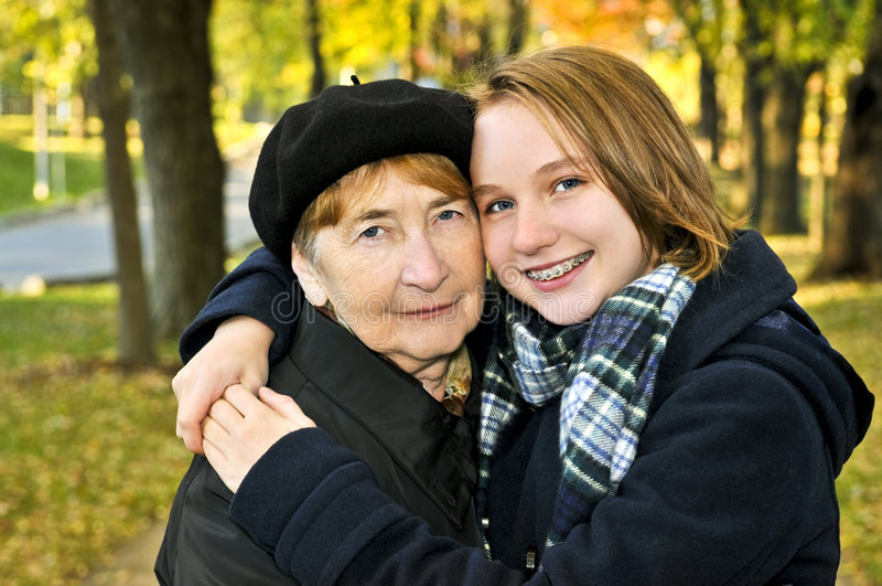 Enkelin, die Großmutter umarmt stockfotos