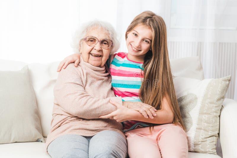 Enkelin mit Großmutter stockfoto