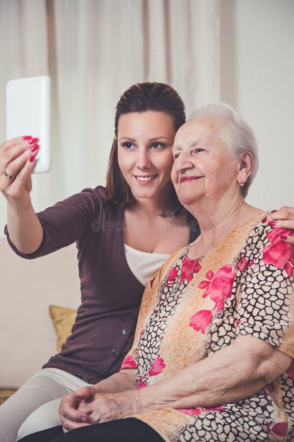 Enkelin und Großmutter, die selfie nehmen stockfoto