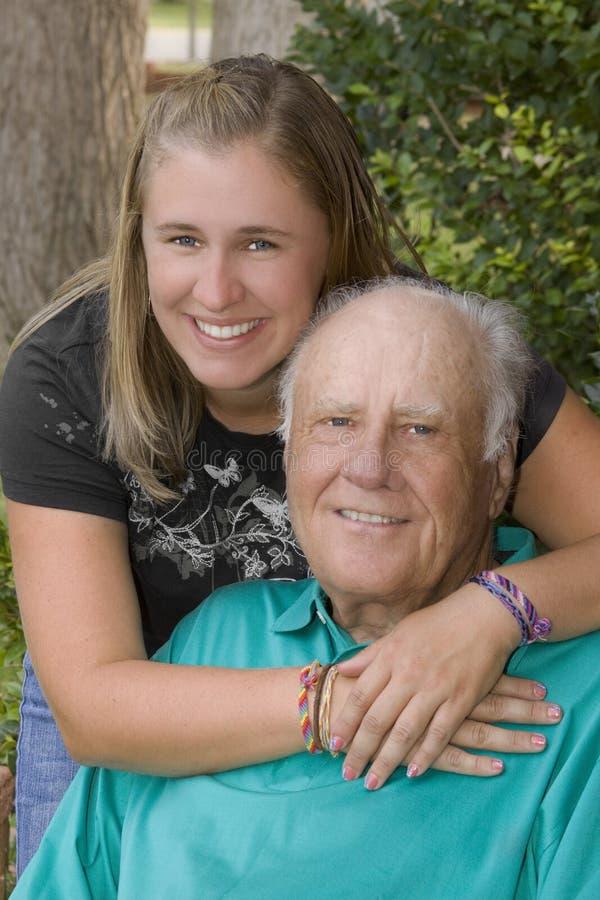 Enkelin und Großvater stockbild
