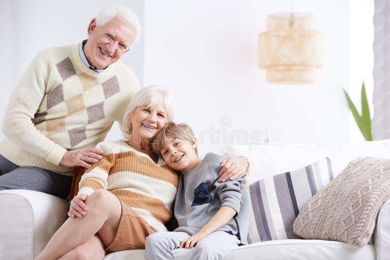 Enkelkind, das seine Großmutter ebracing ist stockbilder