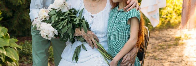 Enkelkinder, Kinder, die Großmutter, ältere Frau umarmen Sitzungsgroßmutter und -enkelkinder Großmutter umfasst Enkelkind stockfotos