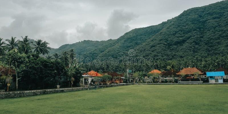 Enkelt fotbollfält, med en naturlig inställning, i byn av Bali Indonesien 3 royaltyfria bilder