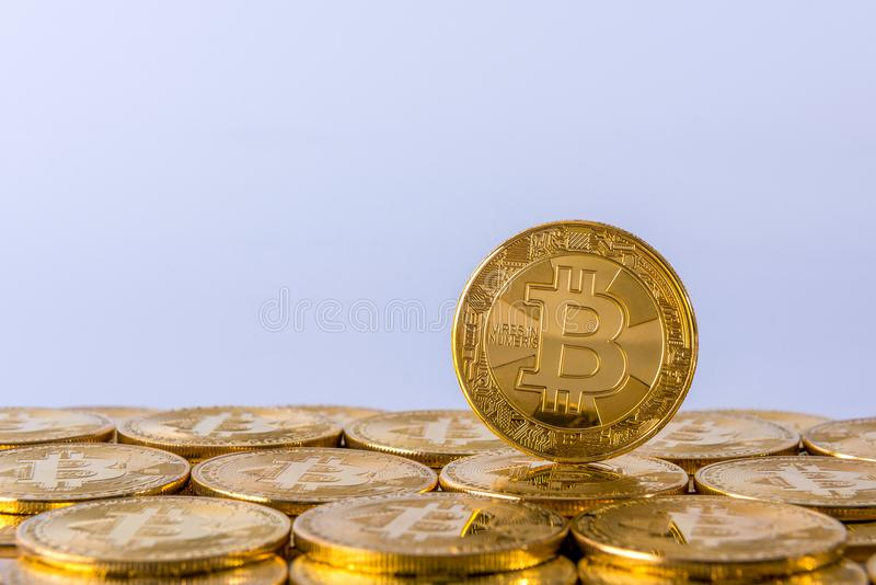 Enkelt guld- Bitcoin myntanseende, cryptocurrencybegrepp, kopieringsutrymme arkivfoton