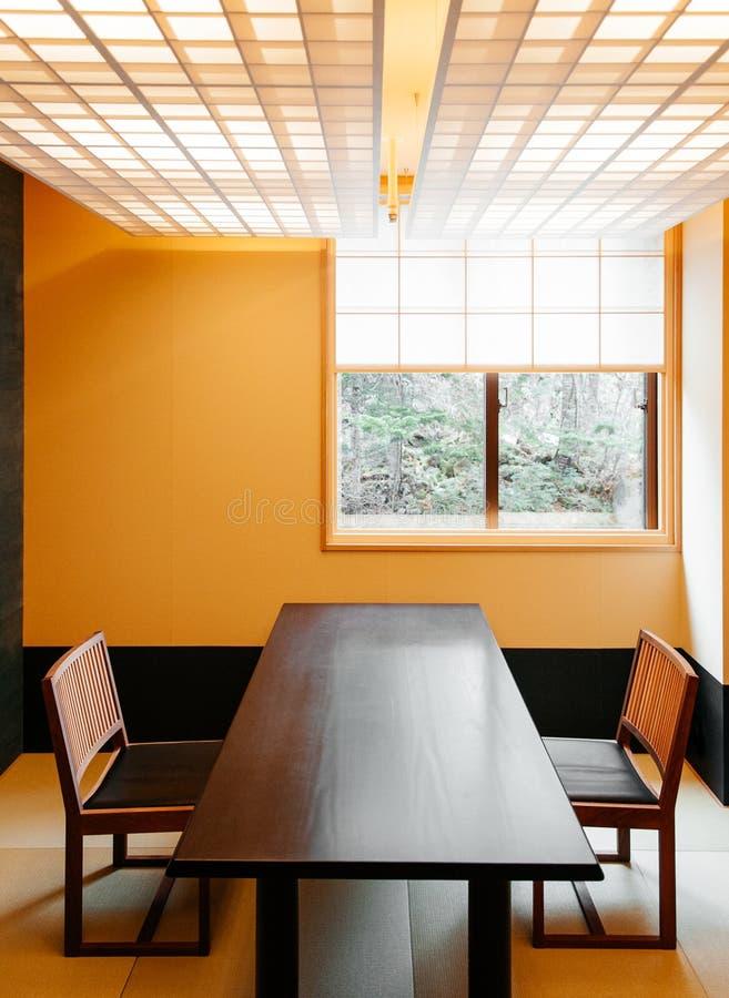 Enkelt japansk modern dinning inre stil för rum, slags tvåsittssoffa a fotografering för bildbyråer