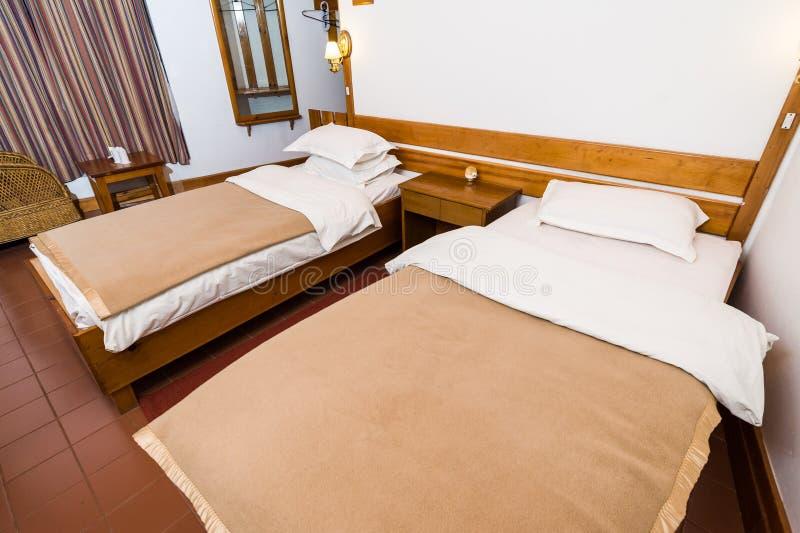Enkelt och rent hotellrum royaltyfri fotografi