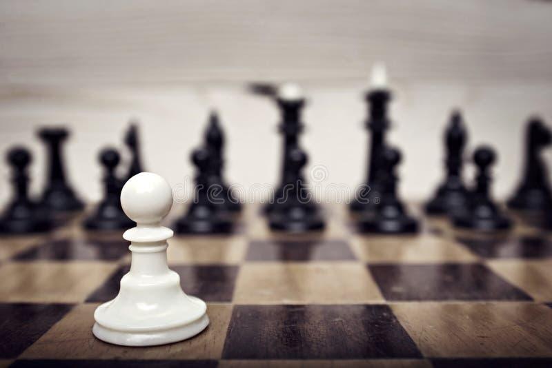 Enkelt pantsätta mot många fiender som ett symbol av den svåra olika kampen royaltyfria bilder