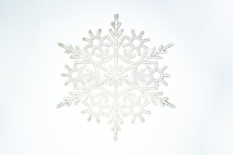 enkelt snöflingaobjekt som isoleras på vit bakgrund royaltyfria bilder