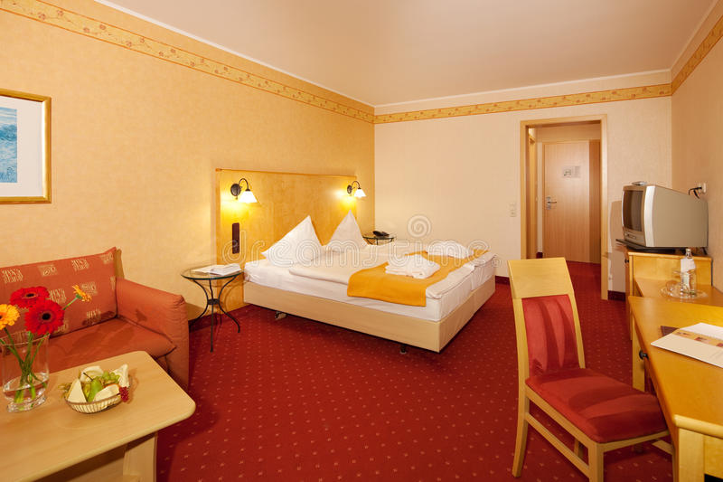 Enkelt sovrum i hotell royaltyfria foton