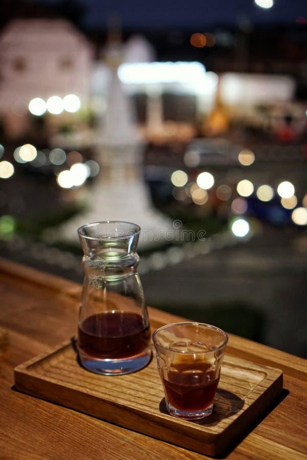 Enkelt ursprungkaffe tjänas som på ett kafé royaltyfri fotografi