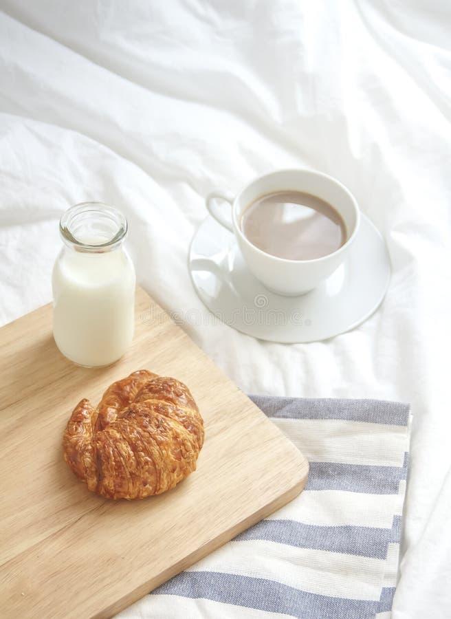 Enkelt workspace- eller kaffeavbrott i morgon varm kaffekopp royaltyfri foto
