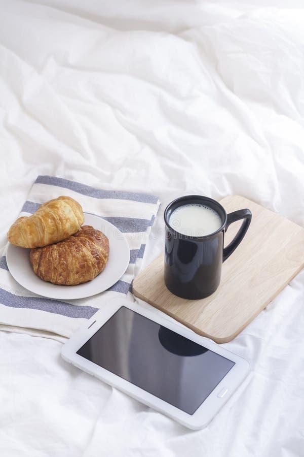 Enkelt workspace- eller kaffeavbrott i morgon varm kaffekopp fotografering för bildbyråer