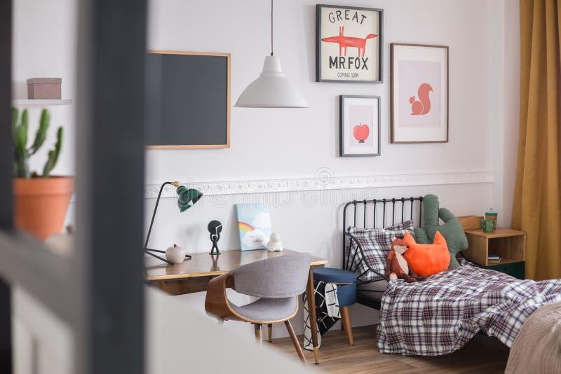 Enkelvoudig metalen bed in een slaapkamer voor kinderen royalty-vrije stock fotografie