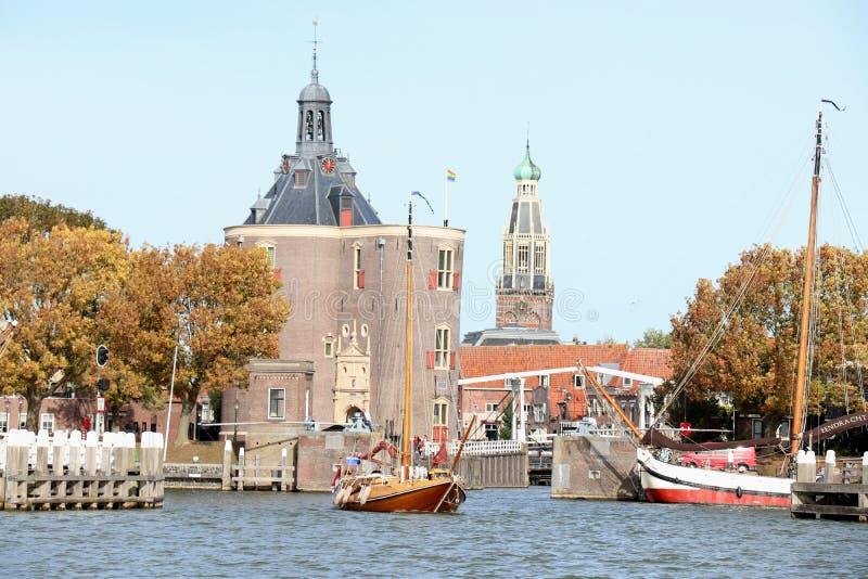 Enkhuizen, los Países Bajos - 12 de octubre de 2018: Puerta en él ds - 12 de octubre de 2018: Puerta en el puerto de Enkhuizen fotografía de archivo libre de regalías