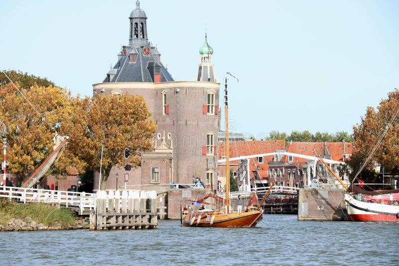 Enkhuizen, los Pa?ses Bajos - 12 de octubre de 2018: Puerta en el puerto foto de archivo libre de regalías